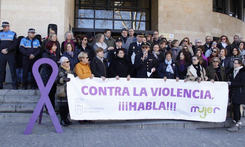 Las mujeres de FEMUR en Segovia participan en un acto contra violencia de género